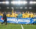 Elfsborgs lagkapten Tim Stålheden höjer pokalen och jublar med övriga spelare efter segern i U17 SM-finalen