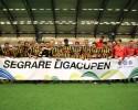 Ett glatt Häcken-gäng efter vinsten i U16-klassen. Klubbens första titel i Ligacupen.